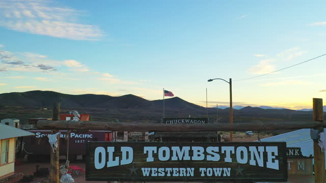 vídeos y material grabado en eventos de stock de tombstone is a famed historic wild west town in tombstone, southern arizona on january 21, 2021. the ok coral, the main street, and allen street are... - western usa
