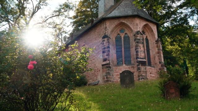 墓石と公共墓地の礼拝堂 - カトリック点の映像素材/bロール