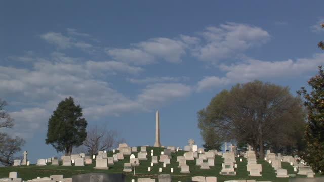 ms, zi, tombstones on hill, arlington national cemetery, arlington, virginia, usa - cimitero nazionale di arlington video stock e b–roll