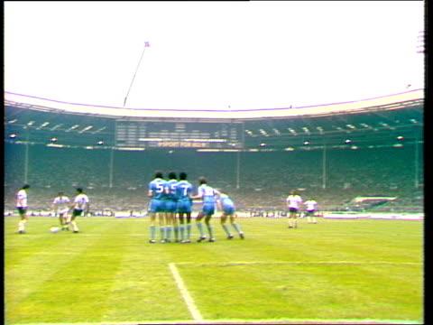 tommy hutchinson deflects glenn hoddle freekick into own net manchester city vs tottenham hotspur 1981 fa cup final wembley london - fa cup stock-videos und b-roll-filmmaterial