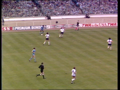 tommy hutchinson scores diving header from ray ranson cross players and fans celebrate manchester city vs tottenham hotspur 1981 fa cup final wembley... - turno sportivo video stock e b–roll