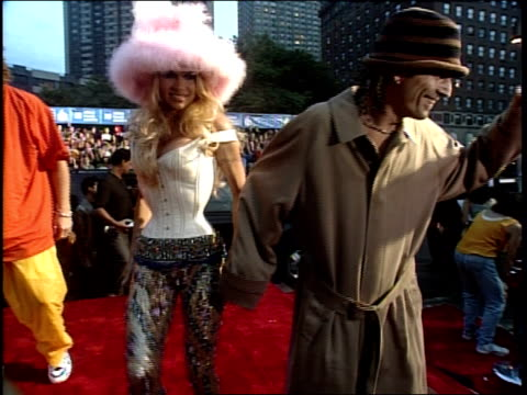 stockvideo's en b-roll-footage met tommy lee and pamela anderson are attending the 1999 mtv video music awards - 1999