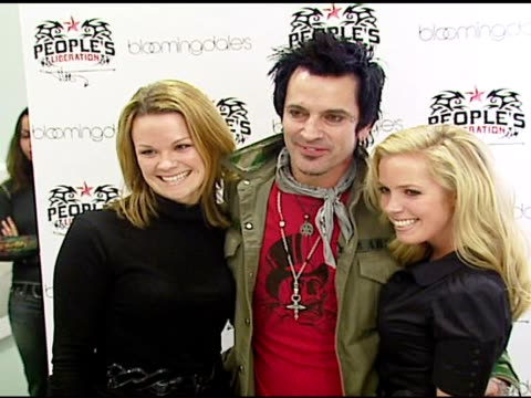 stockvideo's en b-roll-footage met tommy lee at the tommy lee appearance to promote people's liberation for tommy lee at bloomingdale's in san francisco, california on november 16,... - verschijning