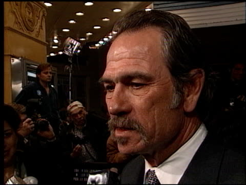 vidéos et rushes de tommy lee jones at the 'us marshals' premiere at fox westwood village in los angeles california on march 4 1998 - westwood village
