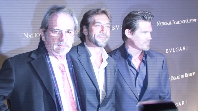 tommy lee jones javier bardem and josh brolin at the 2007 national board of review of motion pictures awards gala at cipriani 42nd street in new york... - javier bardem stock-videos und b-roll-filmmaterial