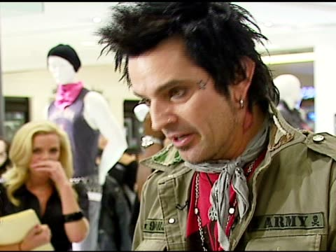 stockvideo's en b-roll-footage met tommy lee on his new supernova record at the tommy lee appearance to promote people's liberation for tommy lee at bloomingdale's in san francisco,... - verschijning