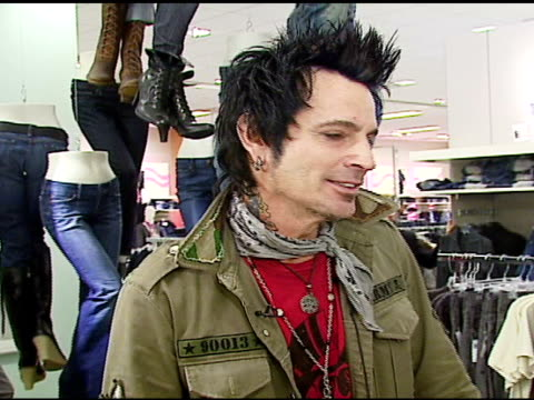 stockvideo's en b-roll-footage met tommy lee on his tooth diamond at the tommy lee appearance to promote peoples liberation for tommy lee at bloomingdales in san francisco, california... - verschijning