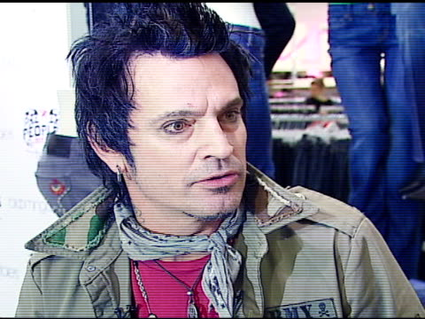 stockvideo's en b-roll-footage met tommy lee on loving casual clothes, on the clothing line being tattoo-inspired after tommy's tattoos at the tommy lee appearance to promote people's... - verschijning