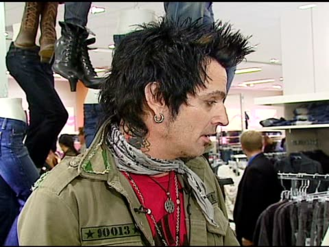 stockvideo's en b-roll-footage met tommy lee on the music he listens to at the tommy lee appearance to promote people's liberation for tommy lee at bloomingdale's in san francisco,... - verschijning