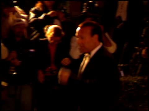 vídeos de stock e filmes b-roll de tommy mottola at the 1999 academy awards vanity fair party at morton's in west hollywood, california on march 21, 1999. - festa dos óscares da vanity fair