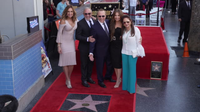 vídeos y material grabado en eventos de stock de tommy mottola thalía gloria estefan emilio estefan lili estefan at the tommy mottola honored with a star on the hollywood walk of fame on october 10... - emilio estefan