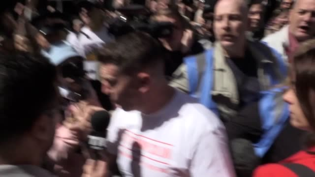 vídeos y material grabado en eventos de stock de tommy robinson arrives at the old bailey in central london the former english defence league leader faces an allegation he committed contempt of... - parlamento europeo