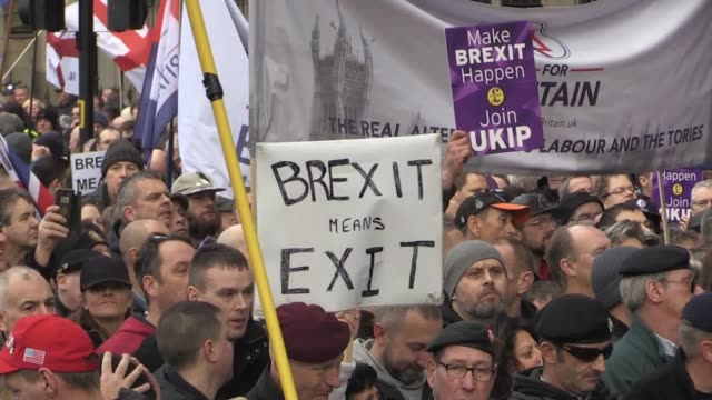 vídeos de stock, filmes e b-roll de tommy robinson joins a brexit march in london as counter protests take place the brexit betrayal march has been backed by ukip and the former edl... - brexit