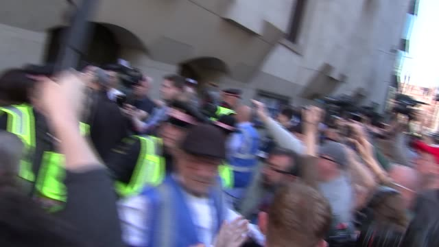 tommy robinson speech / supporter protest england london old bailey ext tommy robinson supporters and police officers gathered outside court... - オールドベイリー点の映像素材/bロール
