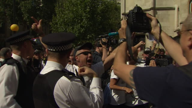 tommy robinson supporters celebrate his release from prison outside the high court in london - 英国独立党点の映像素材/bロール