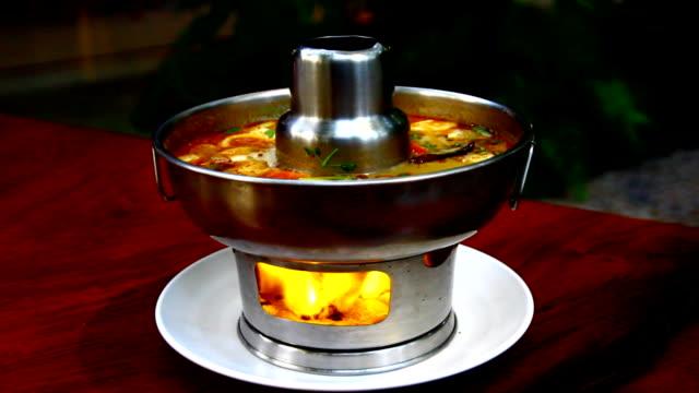 tomyum 、スパイシーな料理、タイ - 赤唐辛子点の映像素材/bロール