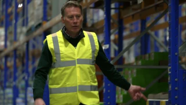 vídeos de stock e filmes b-roll de coronavirus: supermarkets &supply chains: keeping britain fed; excerpt 'itv tonight: supermarkets & supply chains: keeping britain fed' england: int... - cadeia de lojas