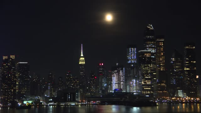 tonight in new york city a triangle of saturn the moon and jupiter rose together over manhattan on july 5 2020 - 全体撮影点の映像素材/bロール