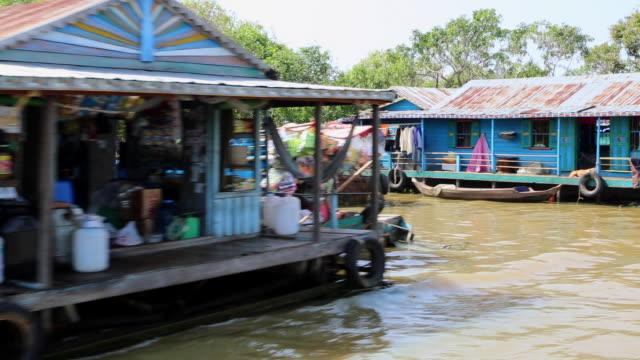 vídeos de stock e filmes b-roll de tonle sap (large fresh water river), dwellings at the side of the lake - barco casa
