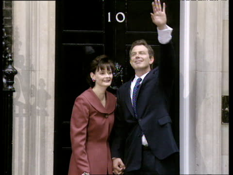 vídeos y material grabado en eventos de stock de tony and cherie blair hug and kiss outside 10 downing street on day he became prime minister 02 may 97 - primer ministro británico