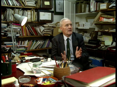 vídeos de stock, filmes e b-roll de archives 11 *cr1234 tony england london holland park itn int 230 intw with tony benn in his library at home talking about his years in govt and the... - tony benn