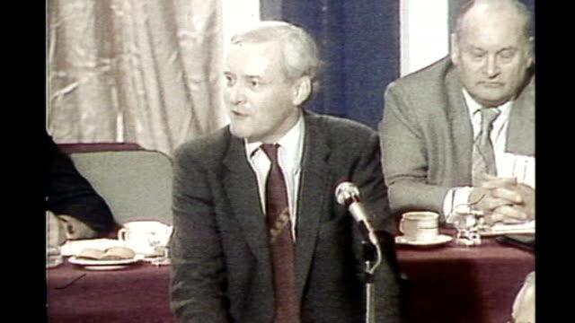 tony benn dies aged 88; 1970's / 80's tony benn addressing labour party conference - トニー ベン点の映像素材/bロール