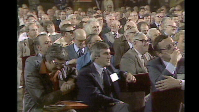 vídeos de stock e filmes b-roll de tony benn dies aged 88 1970's / 80's tony benn addressing labour party conference transport house ext shirley williams mp out car tony benn mp... - 1970 1979