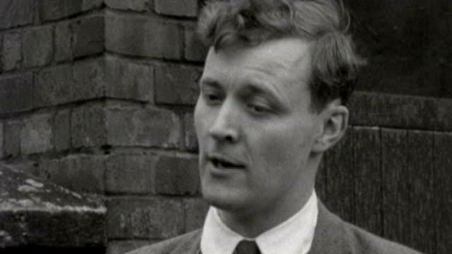 tony benn dies aged 88; 8.5.1961 / vs080561082 london: houses of parliament: b/w tony benn stands with his wife caroline benn outside houses of... - トニー ベン点の映像素材/bロール