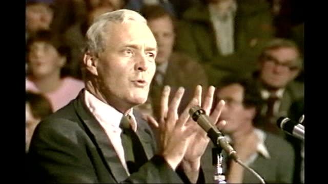 tony benn dies aged 88; lib england: west yorkshire: leeds: int tony benn addressing deputy labour leadership rally sot - we can begin to achieve... - トニー ベン点の映像素材/bロール