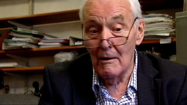 vídeos de stock, filmes e b-roll de tony benn invents new 'seat case' int tony benn interview sot on young people trying out his chair whenever anyone sees it they are always interested... - tony benn