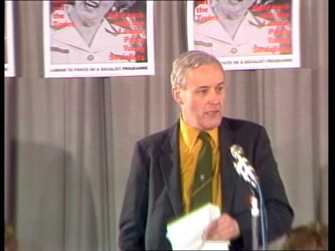 tony benn says labour party will not split; england: london: int tony benn speaking at meeting zoom in sot tx:1.2.81/8.45pm - トニー ベン点の映像素材/bロール