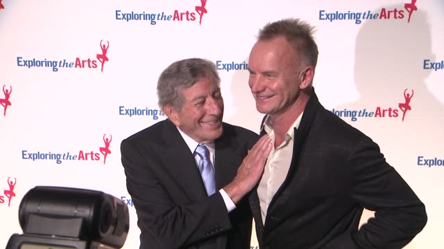 vídeos de stock, filmes e b-roll de tony bennett and sting at 6th annual exploring the arts gala at cipriani 42nd street on october 04 2012 in new york new york - tony bennett