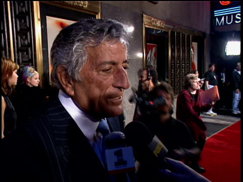vídeos de stock, filmes e b-roll de tony bennett answering questions about the vmas and his fame - tony bennett
