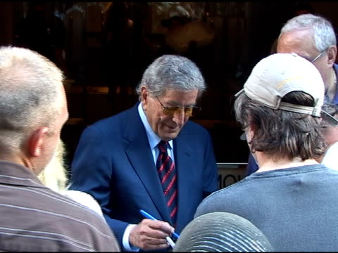 vídeos de stock, filmes e b-roll de tony bennett signs autographs for fans as he departs the 'today show' in new york 08/03/11 - tony bennett