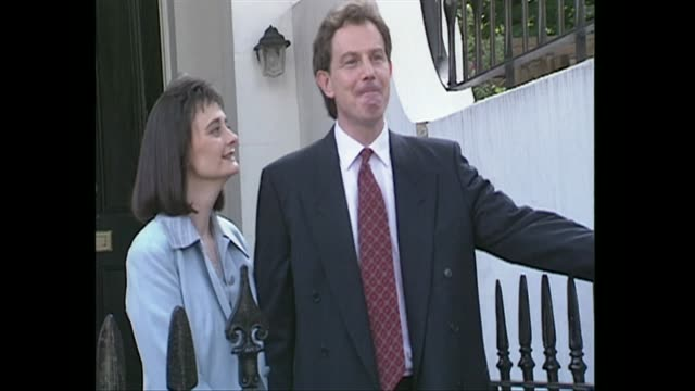 vidéos et rushes de tony blair and wife cherie photocall outside their house on the day he is announced the new labour leader 1994 - homme politique
