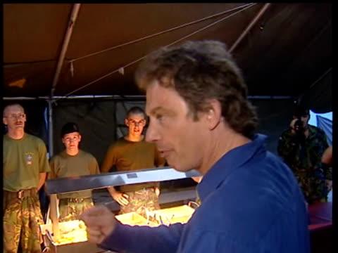 vídeos y material grabado en eventos de stock de tony blair compliments troops in army kitchen tent on standard of their food kosovo 30 july 99 - primer ministro británico