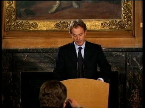 vídeos y material grabado en eventos de stock de tony blair gives press conference at no10 downing street stating that no government can yield to protests on petrol duty london 14 sep 00 - primer ministro británico