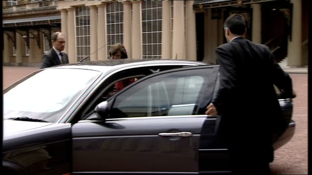 blair family photocall / arriving and departing buckingham palace car into buckingham palace courtyard / blairs out of car and greeted by... - tony blair stock-videos und b-roll-filmmaterial