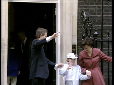 stockvideo's en b-roll-footage met tony blair leads his wife and children into 10 downing street for the first time as prime minister of great britain 02 may 97 - downing street