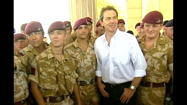 vidéos et rushes de review of possible earlier departure occasions t29050301 iraq basra blair with british troops at former palace of saddam hussein - bassora
