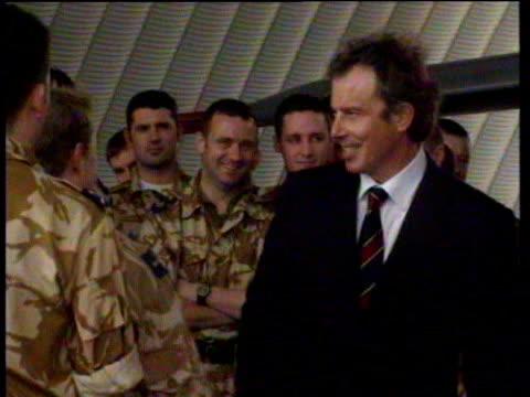 vídeos y material grabado en eventos de stock de tony blair shakes hands with and talks to raf officers kuwait 09 jan 99 - primer ministro británico