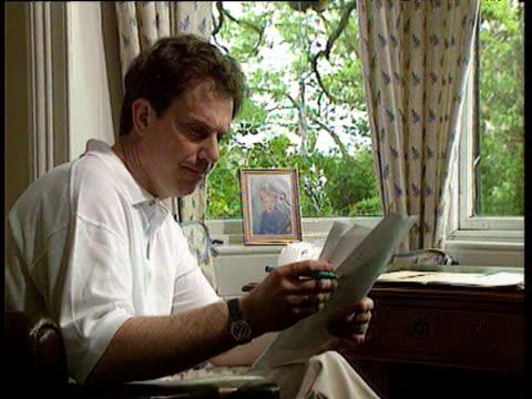 tony blair sits reading paperwork at his home sedgefield 1994 - 政治と行政点の映像素材/bロール