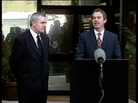 tony blair stands with irish prime minister bertie ahern to make speech to press urging politicians and people of northern ireland to - バーティ アハーン点の映像素材/bロール
