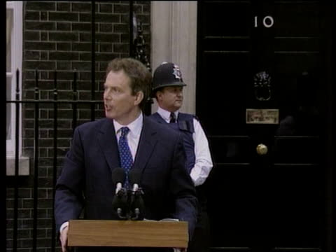 vídeos y material grabado en eventos de stock de tony blair talks about his mandate for future during press conference outside no10 downing street after labour party election victory london 02 may 97 - 1997