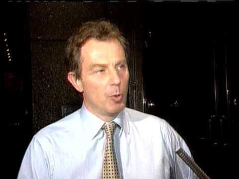 vídeos y material grabado en eventos de stock de tony blair talks about taking action to deal with problems caused throughout world by pollution and climate change london 23 jun 97 - primer ministro británico