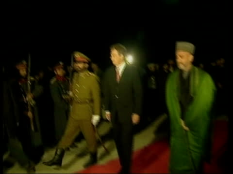 bagram airbase tony blair down steps from raf hercules plane and greeted pan as shakes hands with hamid karzai ms blair shaking hands ms blair and... - bagram bildbanksvideor och videomaterial från bakom kulisserna