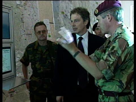 vídeos y material grabado en eventos de stock de tony blair visits headquarters of nato forces and shakes hands with troops albania 18 may 99 - primer ministro británico