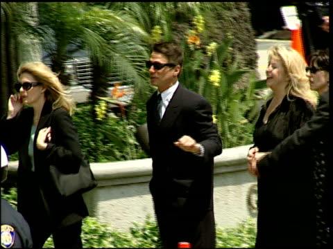 vídeos y material grabado en eventos de stock de tony danza at the funeral of frank sinatra at good shepard in beverly hills california on may 20 1998 - tony danza
