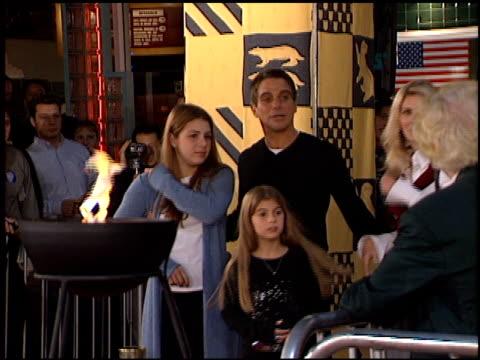 vídeos y material grabado en eventos de stock de tony danza at the 'harry potter' premiere on november 14 2001 - tony danza