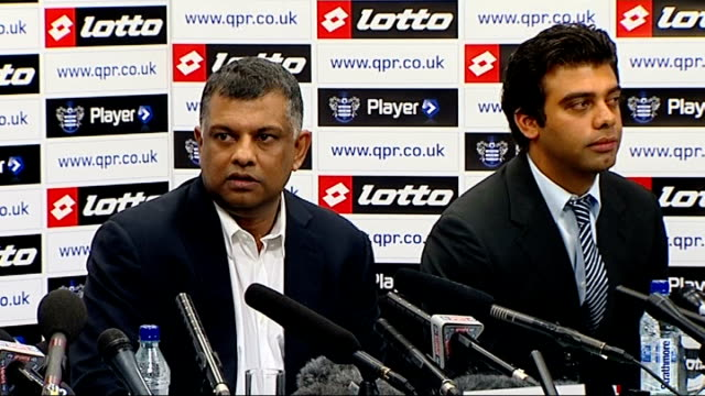 tony fernandes confirmed as new qpr owner england london int tony fernandes taking seat at press conference fernandes sitting queen's park rangers... - トニー・フェルナンデス点の映像素材/bロール